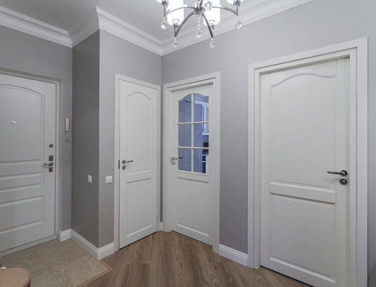 Интерьер с белоснежными дверями как воплощение оригинальности и лаконизма
