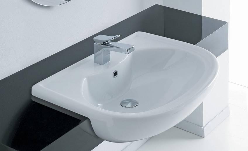 Раковина над ванной: особенности, виды и советы по выбору