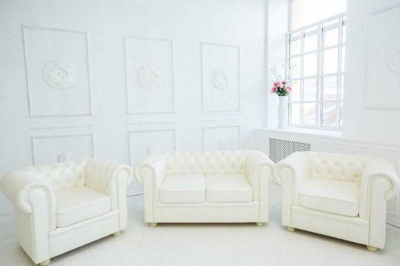 Белый диван в интерьере: модели и примеры