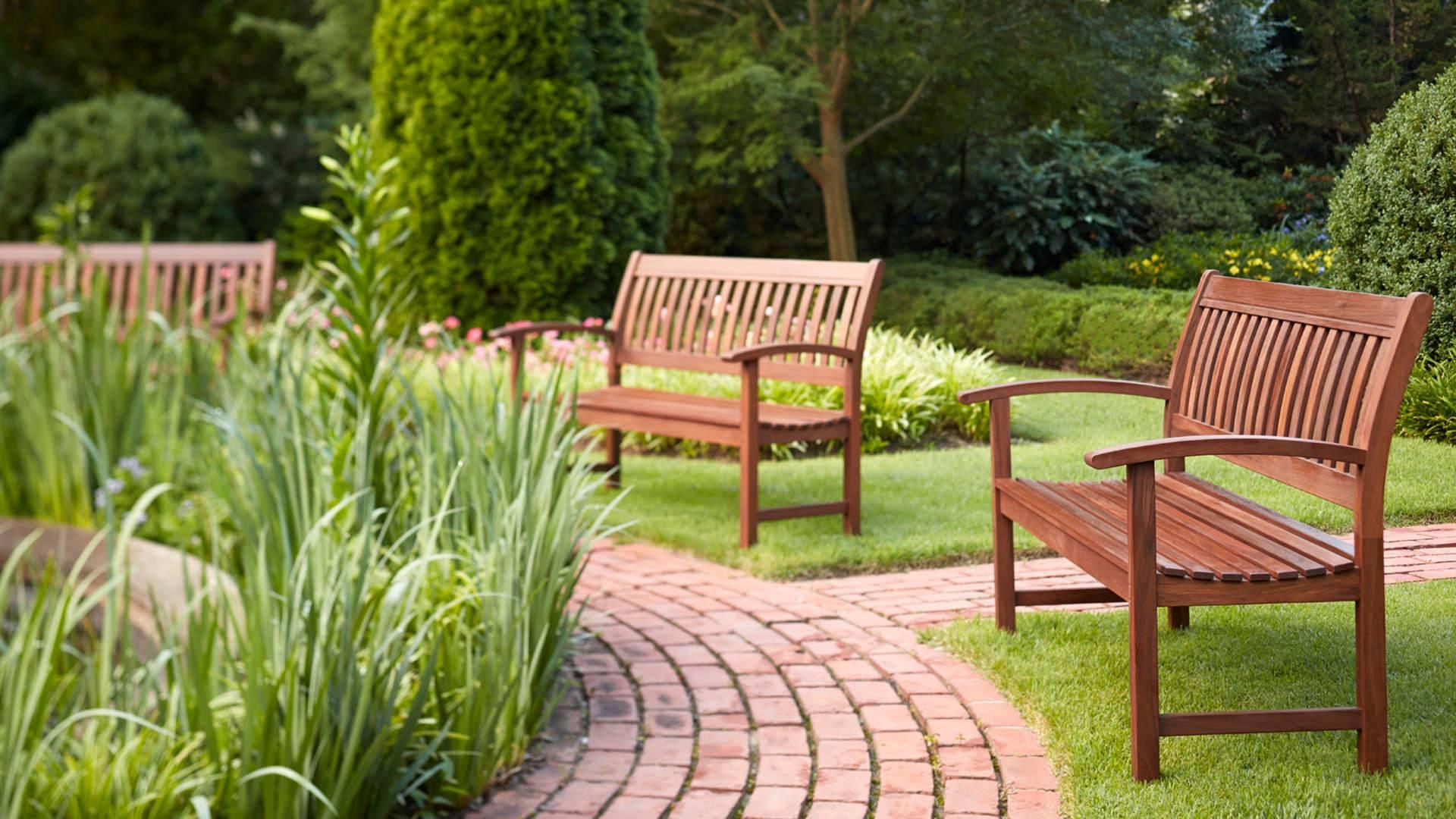 Скамейка для дачи как элемент ландшафтного дизайна: целевое назначение, материалы изготовления, конструкции