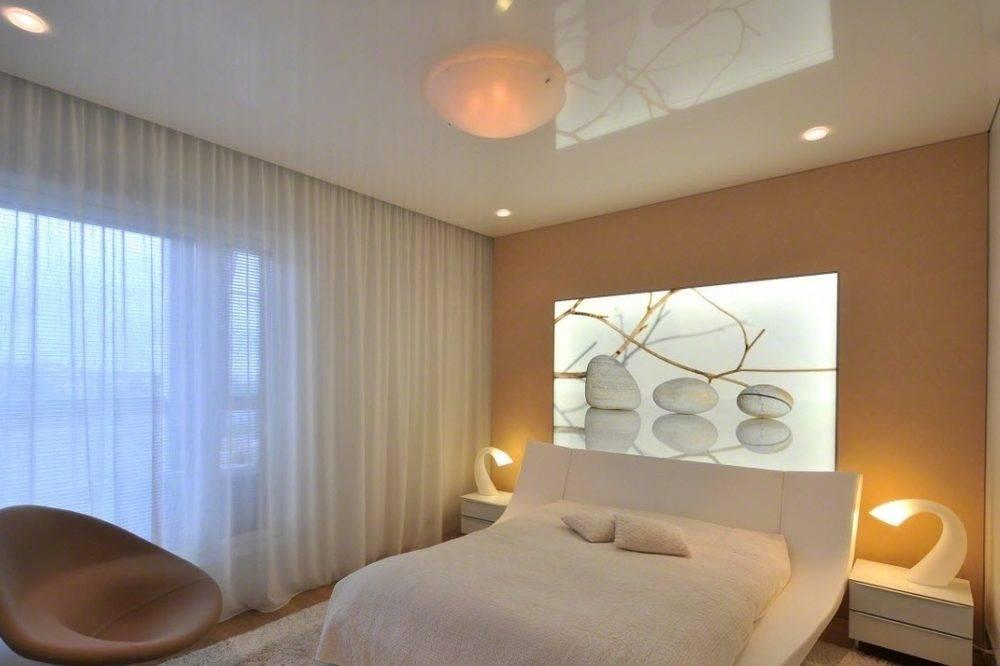Натяжные потолки для спальни, фото вариантов, выбор освещения