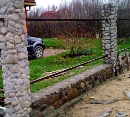 Забор из камня своими руками: выбор материала, монтаж ограждения