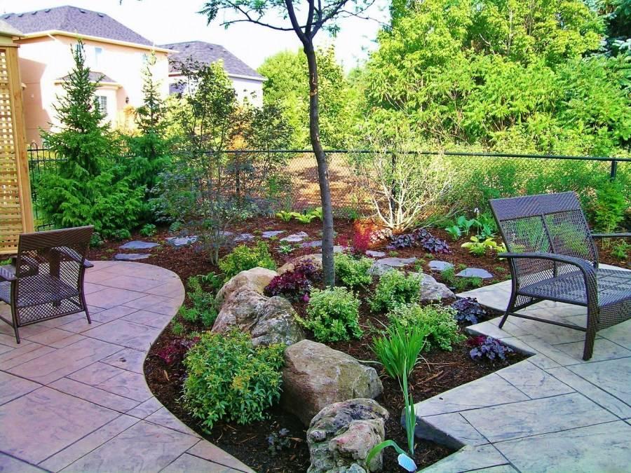 Галька для ландшафтного дизайна (65 фото): искусственные и декоративные светящиеся камни для дачного ландшафта и сада, дизайн с хвойниками
