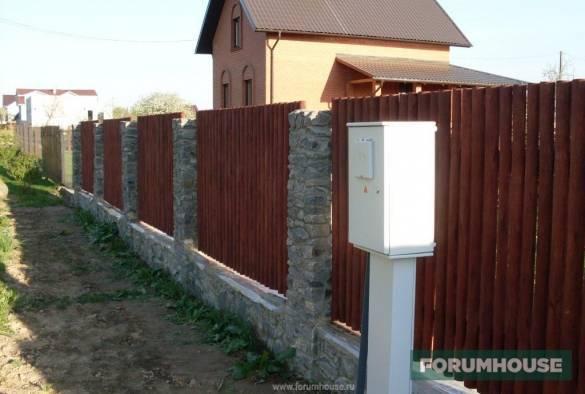 Забор из камня: плюсы и минусы, фото