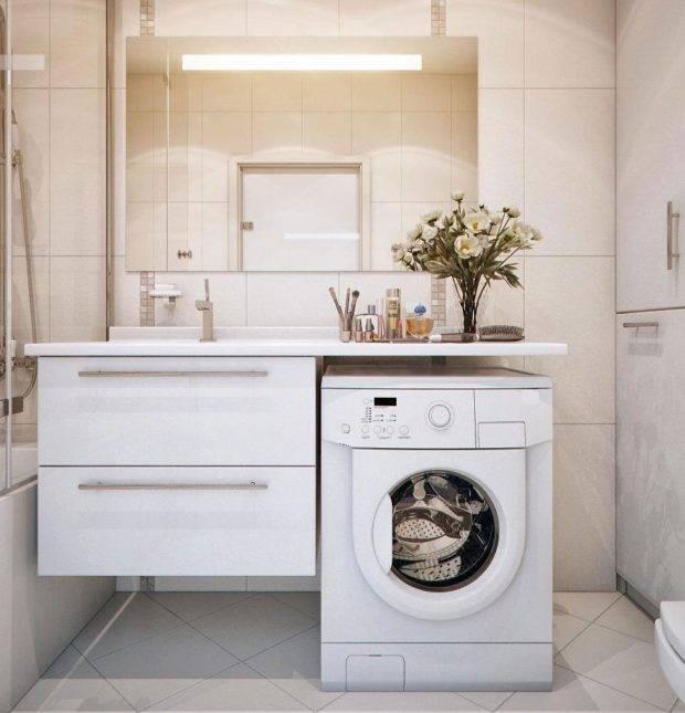 Дизайн маленькой совмещенной ванной комнаты с туалетом и стиральной машиной в светлых тонах - 23 фото