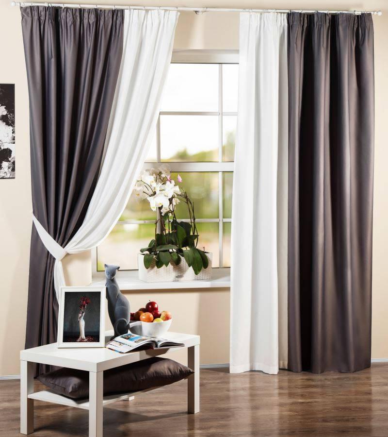 Оформление интерьера гостиной комнаты с бежевыми шторами