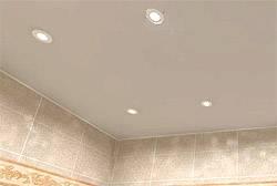 Красивая отделка потолка в ванной комнате пластиковыми панелями