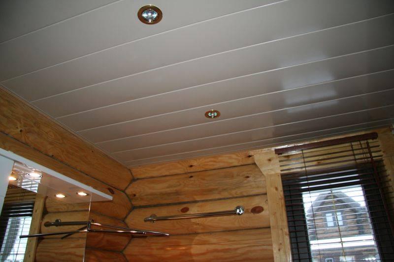 Преимущества, недостатки и порядок монтажа потолка из пластиковых панелей в ванной комнате