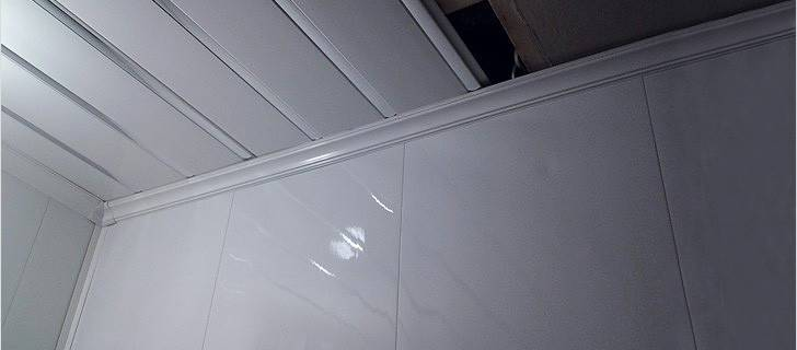 Потолок из пластиковых панелей: как крепить, выбор светильников, пошаговая инструкция по монтажу, фото видео