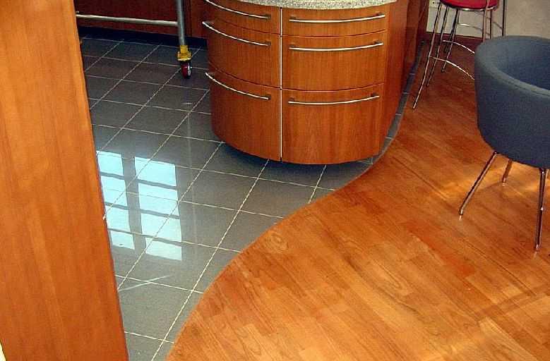 Стык плитки и ламината - способы оформления