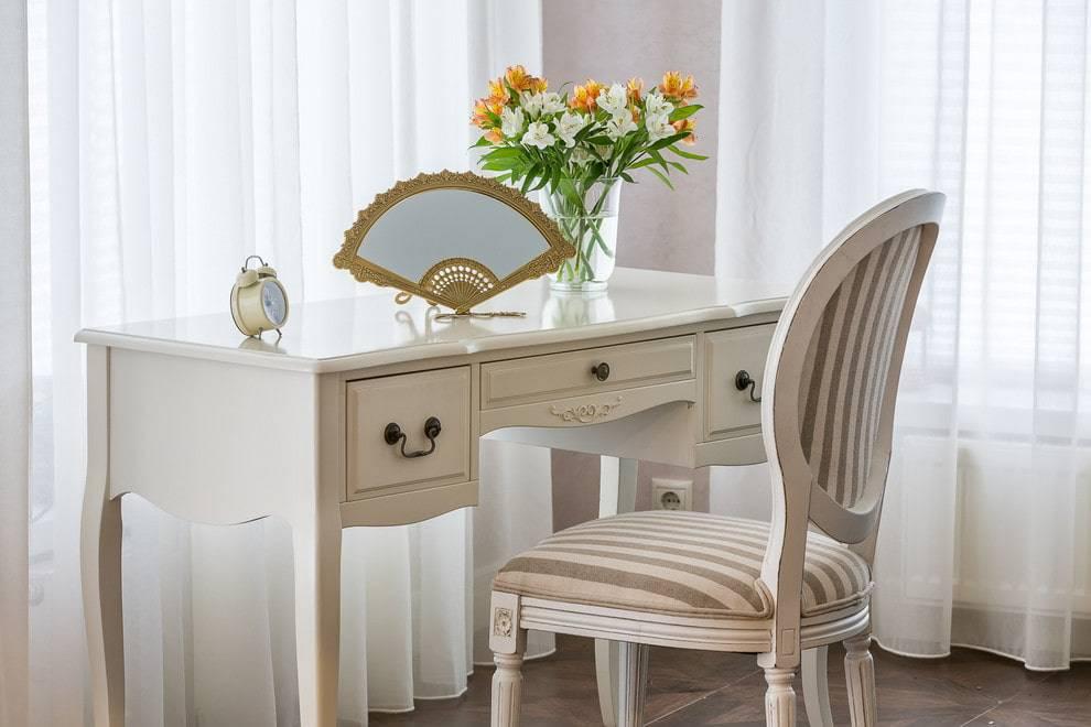 Столик в спальню - самые красивые и удобные варианты в интерьере!