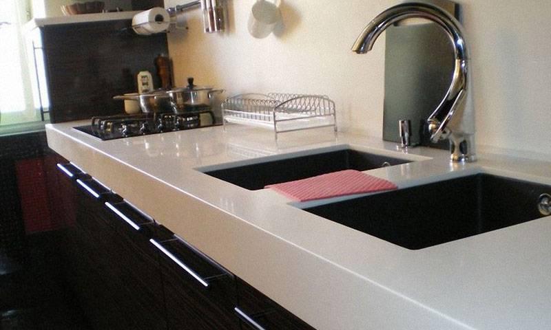 Плинтус для столешницы на кухне: фото видов, методы установки