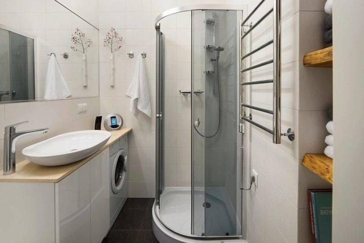 Встроенная душевая кабина (26 фото): встраиваемые варианты из кафеля с водонагревателем в ванной комнате