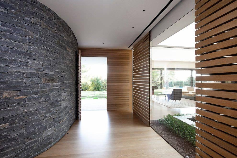 Декоративный камень в интерьере прихожей (62 фото): внутренняя отделка искусственным гибким и диким камнем в коридоре, варианты дизайна стен