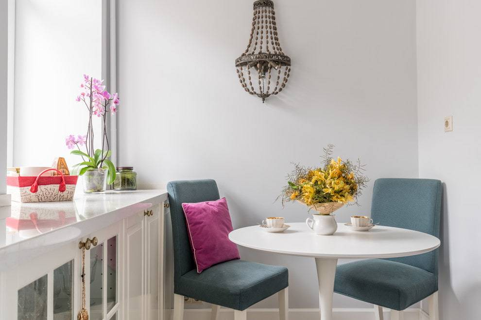 Круглые журнальные столики (47 фото): белый полукруглый деревянный стол на колесиках, мебель из дерева