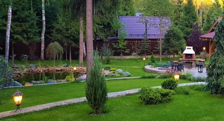 Как украсить садовый участок камнями?