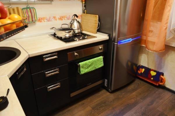 Дизайн кухни в хрущевке с холодильником и газовой колонкой: фото, подготовка, монтаж и оформление