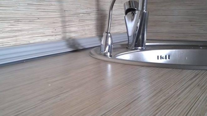 Кухонный плинтус для столешницы: разновидности, предназначение и особенности крепления