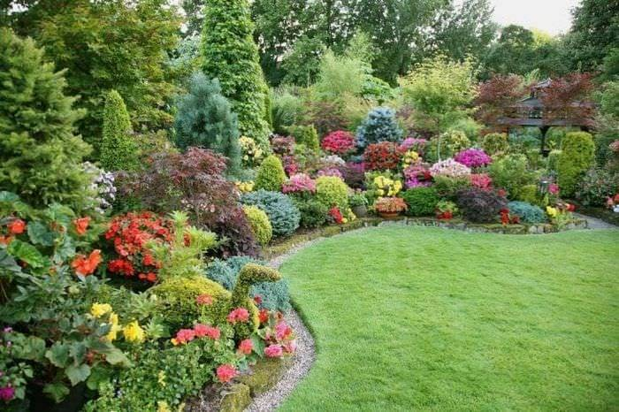 Оформление цветочных композиций в саду на дачах или возле домов
