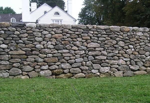 О заборах из камня в ландшафтном дизайне – какой материал выбрать