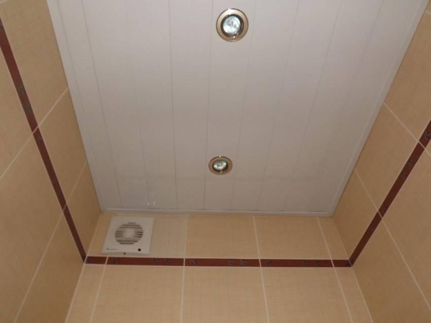 Потолок в ванной из пластиковых панелей - виды и фото пластикового потолка в ванной