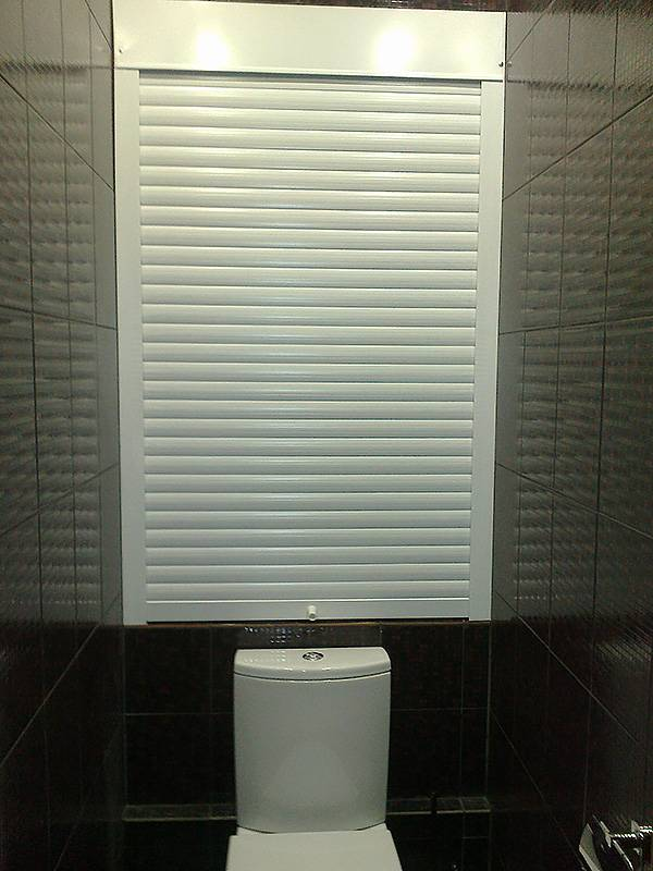 Рольставни в туалет (60 фото): жалюзи для сантехнического шкафа за унитазом, роллеты с печатью, установка и демонтаж своими руками
