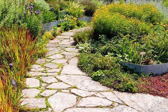 Садовые дорожки своими руками - варианты укладки и советы по выбору материалов (100 фото)