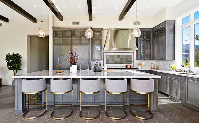 Серые стены на кухне: белые и светло-синие тона в интерьере