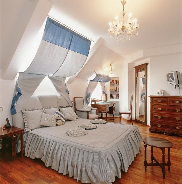 Шторы на мансардные окна (71 фото): треугольные занавески в мансарде со скосом, оформление помещения с косыми стенами и неровным потолком