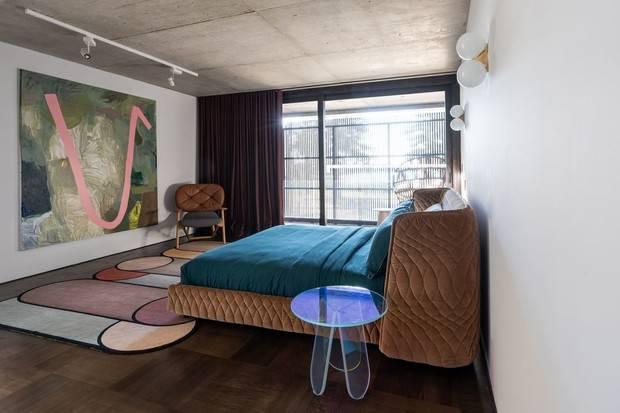 Прикроватные тумбы для спальни: разновидности и советы по выбору