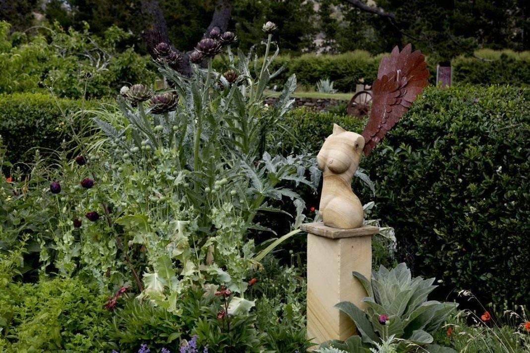 Использование скульптур и статуй в ландшафте сада