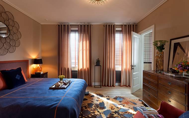 Спальня с двумя окнами на одной и разных стенах: 30 фото дизайна