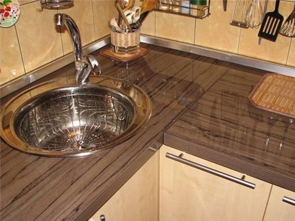 Как крепить плинтус к столешнице на кухне: своими руками, особенности и виды плинтусов