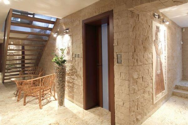 Декоративный камень в коридоре: фото и дизайн интерьера, плюсы и минусы, нюансы внутренней отделки стен при ремонте квартиры, а также как и на что поклеить материал?