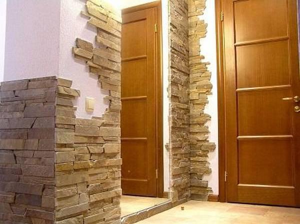 Оформление декоративным камнем в прихожей: идеи в интерьере