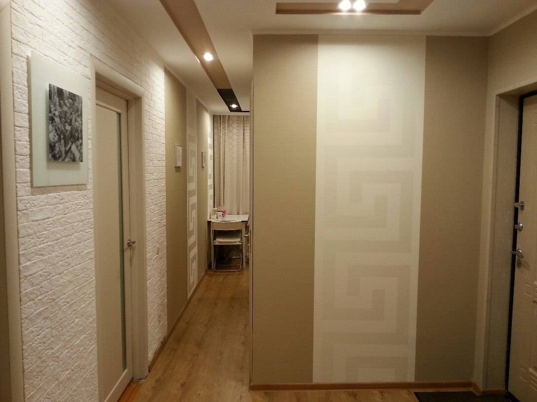 Как скомбинировать обои двух видов: фото, идеи для зала, спальни, кухни, комнаты, прихожей, коридора, и как можно красиво, правильно уместить однотонные, с рисунком?