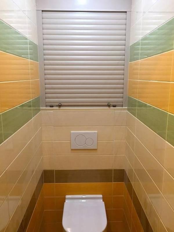 Установка рольставней в туалете
