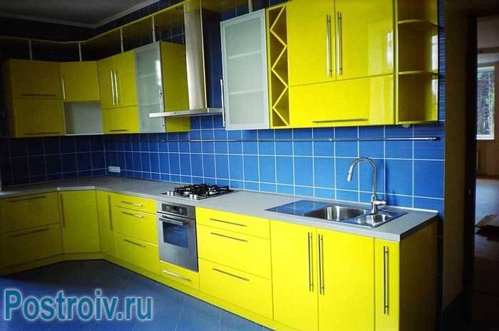 Желтые стены на кухне: особенности и креативные варианты