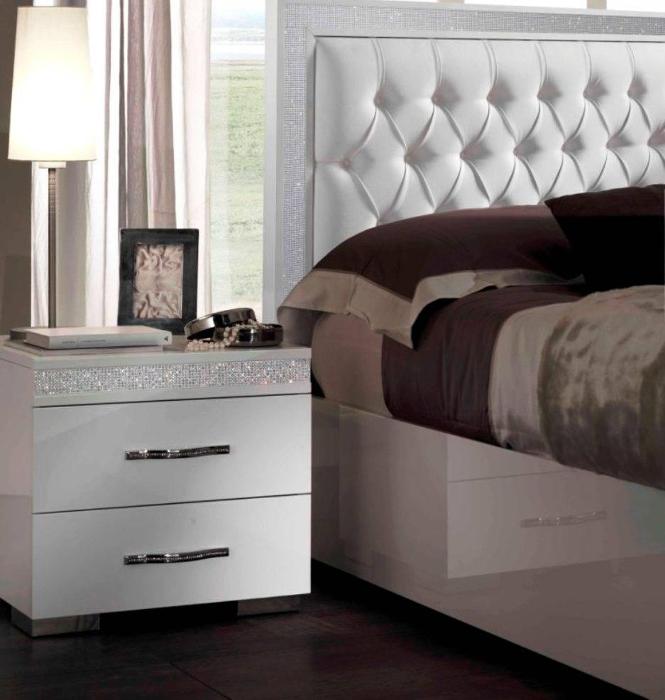 Прикроватные шкафы в спальню (38 фото): шкафчики над кроватью и вокруг нее по бокам, навесные шкафы рядом с кроватью и другие варианты