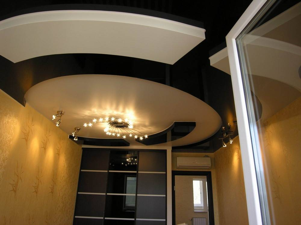 Освещение в спальне с натяжными потолками: подходящие варианты потолочных светильников, подсветка, двухуровневые конструкции, точечное освещение, размещение ламп и примеры дизайна