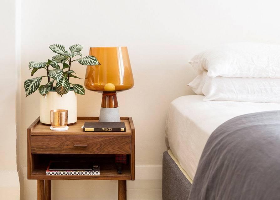 Прикроватные тумбочки для спальни (86 фото): двуспальная кровать с тумбами, модели белые и черные, подвесные и угловые, как сделать своими ру…