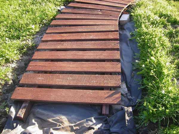Пошаговая инструкция, как сделать садовую дорожку из спилов дерева