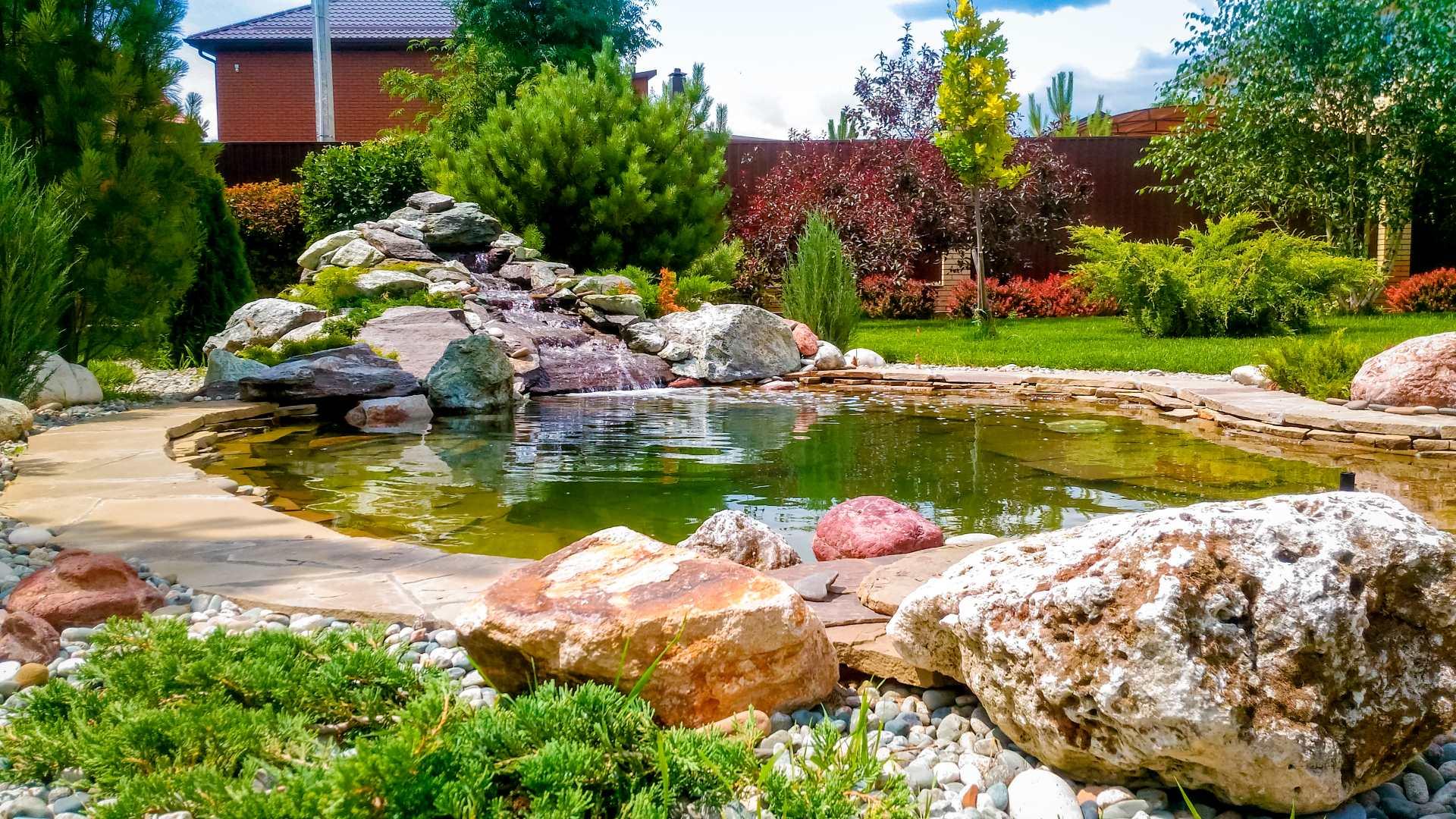 Искусственные и натуральные декоративные камни в ландшафтном дизайне сада