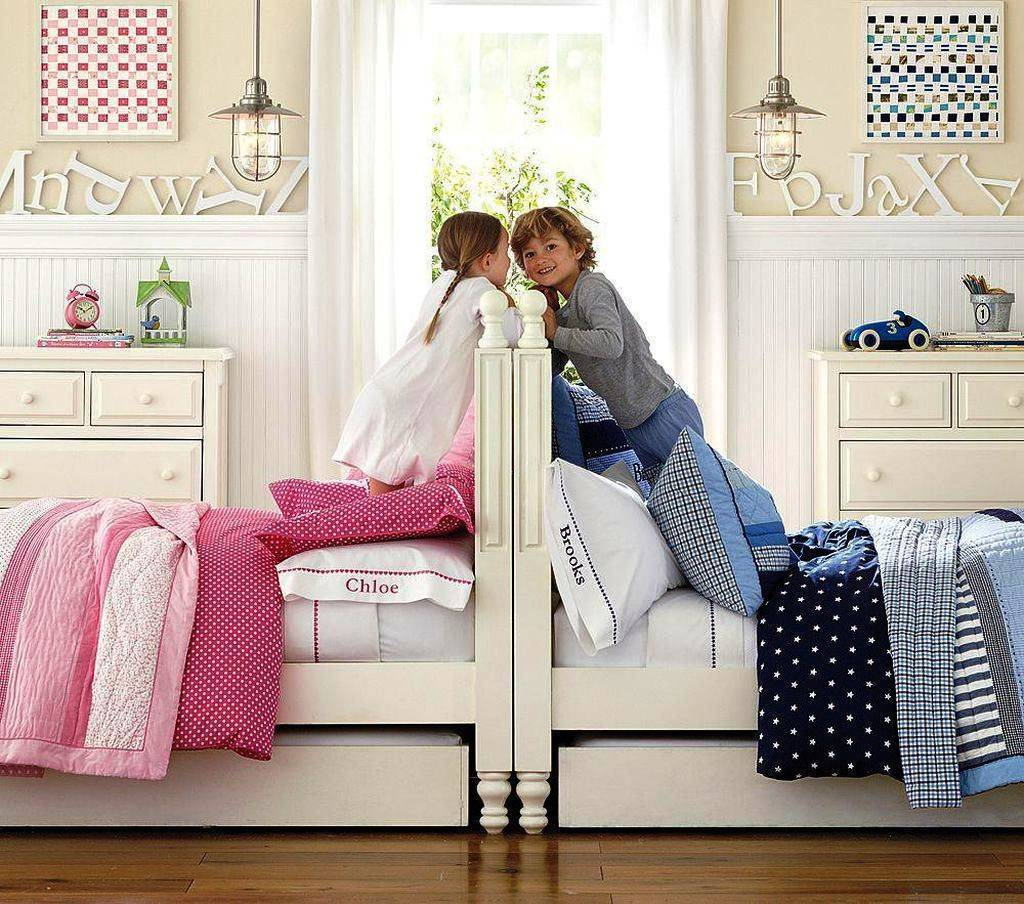 Детская для двух девочек разного возраста, зонирование и оформление