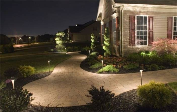 Освещение на участке загородного дома: советы и примеры
