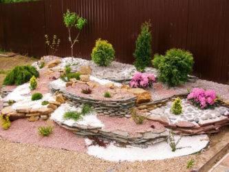 Декоративные камни для ландшафтного дизайна сада и клумб на даче: цветная галька, крупный искусственный булыжник  - 26 фото