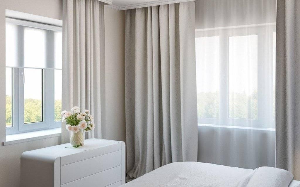 Спальня с двумя окнами, дизайн интерьера - фото примеров.