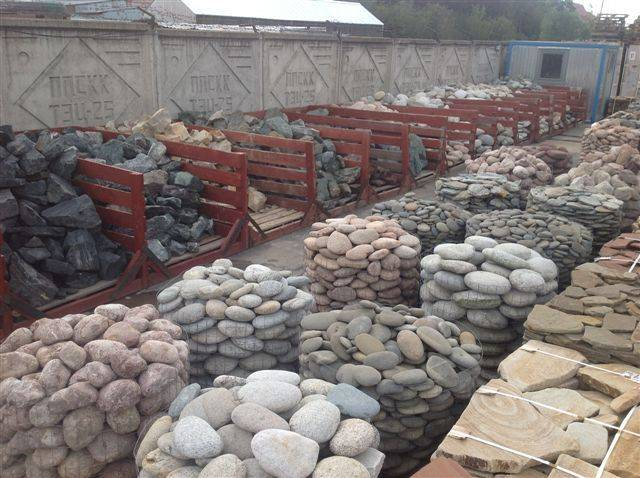 Заборы из камня: надежная защита для частных домов